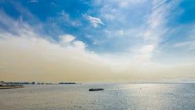 Vergnügungsdampfer hetzt zur Stadt mit einem Weg auf dem Meer lizenzfreie stockfotos
