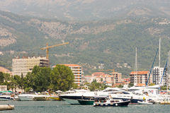 Vergnügungsdampfer mit Touristen im Wasser von Budva in Montenegro Lizenzfreies Stockbild