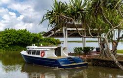 Vergnügungsdampfer am Pier auf der Insel von Papeete lizenzfreie stockbilder