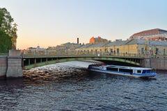 Vergnügungsdampfer segelt unter Panteleymonovsky-Brücke über dem Fon Lizenzfreie Stockbilder