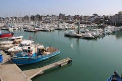 Vergnügungsdampfer werden festgemacht in einem Hafen (Frankreich) Lizenzfreie Stockbilder