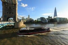 Vergnügungsdampferdurchläufe unter der Turm-Brücke Rathaus, Scherbe, London, glättend Stockfoto
