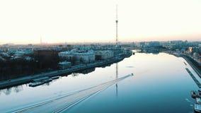 Vergnügungsdampferflöße auf dem Fluss Bolshaya Nevka in der historischen Mitte von St Petersburg stock video footage