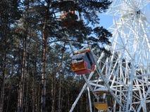 Vergnügungspark im Winter Riesenrad herein den Wald Lizenzfreies Stockbild