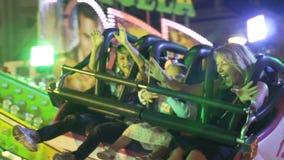 Vergnügungspark nachts - Achterbahn, 10 11 2017 Màlaga, Spanien stock video footage
