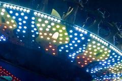 Vergnügungspark nachts - Karussells und Anziehungskräfte in der Bewegung Stockfotos