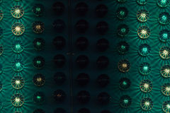 Vergnügungsparkdetail mit grünen Lichtern Stockfoto