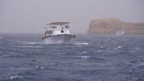 Vergn?gungsdampfer mit Touristen segelt in das Sturmmeer auf Hintergrund von Felsen Egypt stock video footage