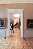 Övergångar mellan korridorerna med bilder Arkivfoto