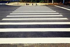 Övergångsställe trafiktecken, vägmärke av zebramarkeringen, sebraband, övergångsställe Fotografering för Bildbyråer