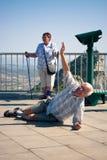 Vergnügter Tourist des älteren Mannes auf Gibraltar-Felsen Lizenzfreies Stockbild