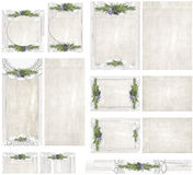 Vergoelijk houten raadsachtergrond met uitstekend die document met document doily en rozemarijn bloemen de uitnodigingsreeks van  Stock Foto's