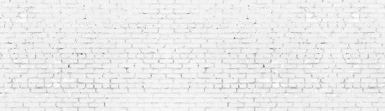 Vergoelijkte sjofele bakstenen muur brede panoramische textuur Wit geschilderd oud metselwerkpanorama Lange lichte achtergrond royalty-vrije illustratie