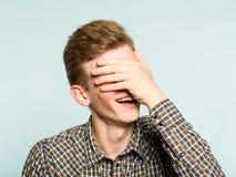 Vergogna allegra sorridente felice del fronte della copertura dell'uomo di Facepalm fotografia stock