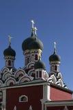 Vergoldete Kreuze auf den Hauben der orthodoxen Kathedrale Stockfotografie