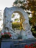 Vergoldete Statue des österreichischen Komponisten Johann Strauss im stadtpark Lizenzfreie Stockfotos