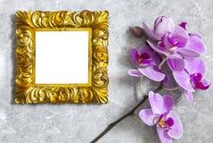Vergoldetes Rahmenmodell mit Orchidee Lizenzfreie Stockfotos