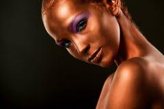 vergoldung Das Gesichts-Nahaufnahme der goldenen Frau Futuristisches vergoldetes Make-up Gemalte Hautbronze Stockfotos