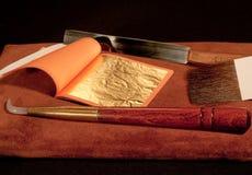 Vergoldunghilfsmittel und Goldblatt Stockbild