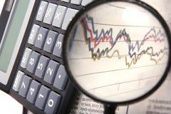 Vergrößern über Finanzdiagramm lizenzfreie stockfotografie