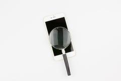 Vergrößern am Handy für gelesen Stockfotos