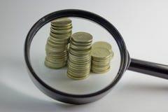 Vergrößerte Münzen alles zusammen stehen Stockbild