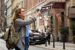 Vergrößerte Wirklichkeit im Marketing Frauenreisender mit Telefon lizenzfreie stockfotos