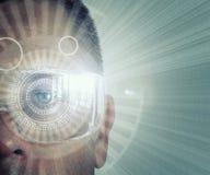 Vergrößertes Wirklichkeits-Digital-Auge eines Mannes stockfoto