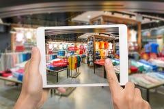 Vergrößertes Wirklichkeitsmarketing-Konzept Hand, die Digital-Tablette anhält lizenzfreie stockfotografie