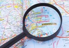 Vergrößerungsglas über Kopenhagen, Denmarkmap Stockfotografie
