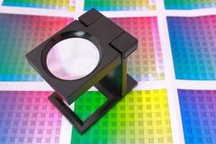 Vergrößerungsglas auf dem Farbenmuster horizontal Lizenzfreie Stockfotografie