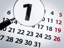 Vergrößerungsglas auf einem Kalender Stockfotografie