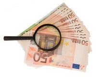 Vergrößerungsglas auf Eurobargeld Euroanmerkungen mit Reflexion Stockfotos