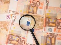 Vergrößerungsglas auf Eurobargeld Euroanmerkungen mit Reflexion Euro 50 Stockfoto