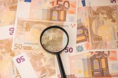 Vergrößerungsglas auf Eurobargeld Euroanmerkungen mit Reflexion Euro 50 Lizenzfreie Stockbilder