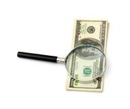 Vergrößerungsglas auf Geld stockfotos