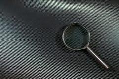 Vergrößerungsglas auf glänzendem Schwarzem Stockfotografie