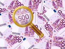 Vergrößerungsglas auf Hintergrund des Euros fünfhundert Stockfoto