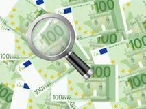 Vergrößerungsglas auf hundert Eurohintergrund Lizenzfreies Stockbild