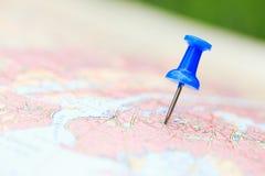 Vergrößerungsglas auf Karte Lizenzfreie Stockbilder