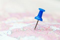 Vergrößerungsglas auf Karte Stockfotografie