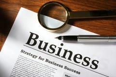Vergrößerungsglas, Feder und Geschäft Lizenzfreie Stockbilder
