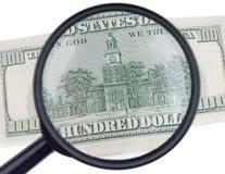Vergrößerungsglas mit Dollar Stockbild