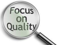 Vergrößerungsglas mit Fokus auf Qualität Stockbild