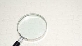 Vergrößerungsglas mit leerem Puzzlespiel Zu vieler usb-Seilzug Stockfotos