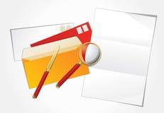 Vergrößerungsglas, Papiermesser und Planzeichen. Lizenzfreie Stockfotografie