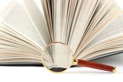 Vergrößerungsglas und Buch stockbild