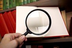 Vergrößerungsglas und das Buch Stockfoto