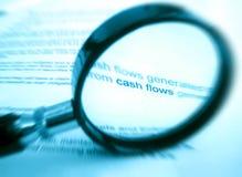 Vergrößerungsglas und Finanzdokument Stockbild
