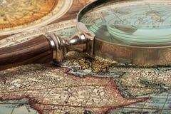 Vergrößerungsglas und Karte Lizenzfreies Stockbild